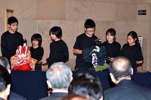 県議らに阿波人形浄瑠璃を披露するすだち座の児童=県議会棟1階ホール