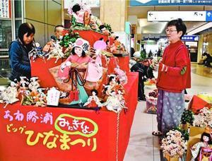 ひな人形を飾り付ける勝浦町の住民=徳島駅