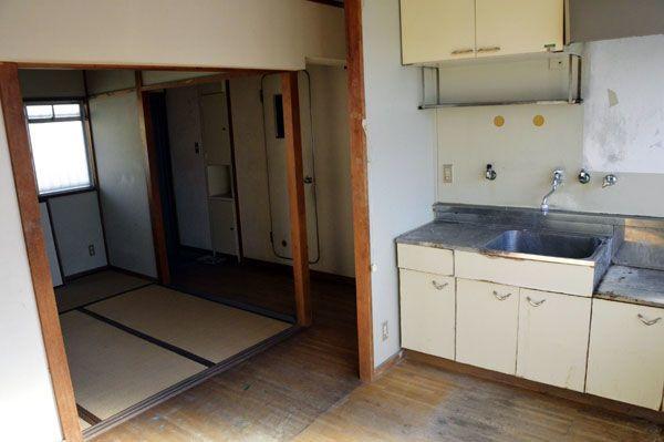 空き部屋のまま放置されている徳島市営末広団地の一室。床が変色するなど、老朽化が目立つ=同市末広4