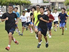 金さん(写真中央のサングラスを掛けている人)と一緒にランニングをする参加者=石井町高川原のOKいしいパーク