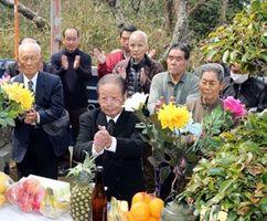拓魂碑の前で仲間の冥福を祈る参列者=徳島市の眉山中腹
