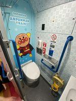 アンパンマンがデザインされたトイレ内