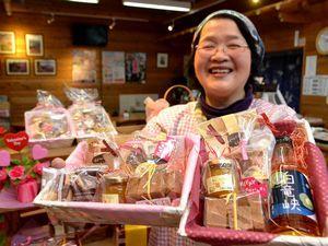 梅入りチョコなどが入ったバレンタインセット=吉野川市の美郷物産館