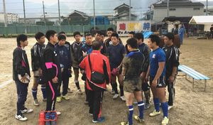 調整練習で藤本監督(中央)の指示を聞くつるぎの選手=奈良県の御所実高
