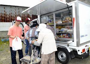 高齢者に食料品などを販売する「みまもりレモン」のスタッフ=石井町藍畑