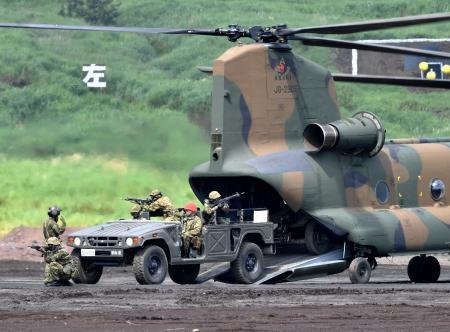 静岡県の東富士演習場で行われた、陸上自衛隊の「富士総合火力演習」=25日午前