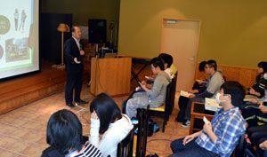横石社長(左奥)の話を聞く四国大生=上勝町の月ケ谷温泉
