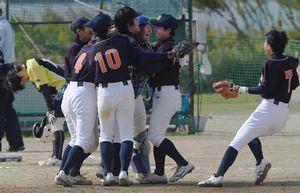 徳島商対池田辻 タイブレーカーの末、4―3で競り勝ち、抱き合って喜ぶ徳島商ナイン=吉野川北岸運動場