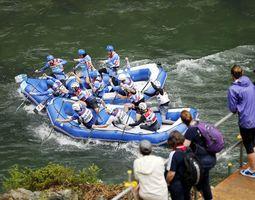 ラフティング世界選手権の公式練習で吉野川を下る選手たち=三好市山城町西宇
