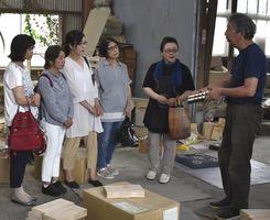 斉藤社長(右端)からきりげたの作り方などを学ぶ参加者=東みよし町加茂の斉藤桐材工業