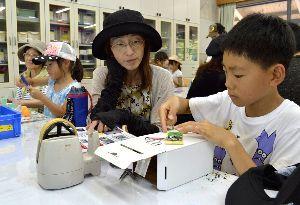 おしゃべり貯金箱の製作に励む参加者=板野町のあすたむらんど徳島