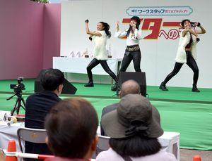 歌や踊りを披露するコンテストの参加者=徳島市の藍場浜公園