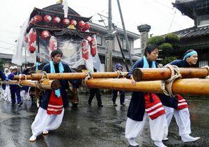 ずぶぬれになりながら屋台を引っ張る氏子たち=吉野川市山川町の川田八幡神社周辺
