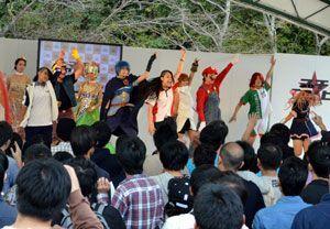 コスプレーヤーによるパフォーマンスで盛り上がる会場=徳島市の眉山山頂