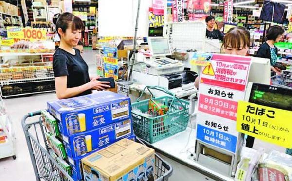 増税を前にビールなどをまとめて購入する客=徳島市のリカオー末広店