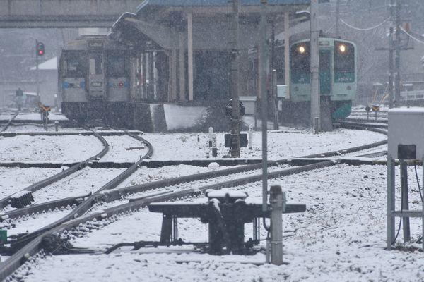雪が降る中、阿波池田駅に止まっている列車=1日午前10時ごろ、三好市池田町