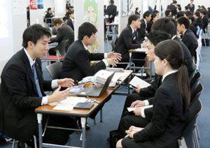 四国の企業の採用担当者らから業務内容について説明を受ける学生ら=大阪市の梅田スカイビル