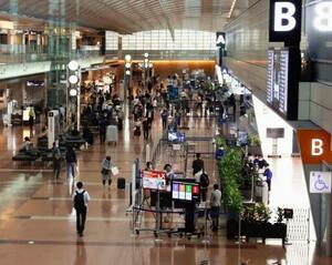 羽田空港の国内線出発ロビーを行き交う人たち=1日午前