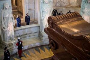 5日、ナポレオンの墓で行事に参加するフランスのマクロン大統領夫妻=パリ(AP=共同)