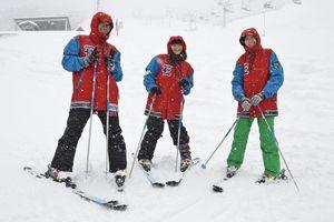 井川スキー場腕山を外国人観光客にPRすることになった(左から)葉さん、李さん、蔡さん=三好市井川町の同スキー場