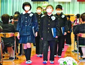 マスクを着用して退場する卒業生=石井町の藍畑小学校