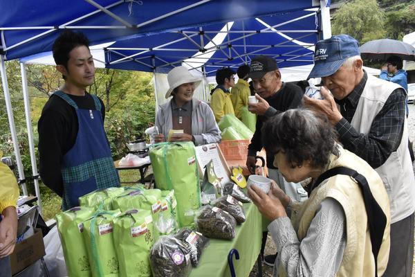新茶を飲み比べる来場者=上勝町福原の月ケ谷温泉前広場