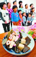 ひな祭りに売り出す「鳴門のよろこびにしめ」と童謡を練習する子どもたち=鳴門市のキョーエイ鳴門駅前店