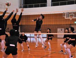「日本一つなぐチーム」を合言葉に練習に励む富岡東女子の選手=同校