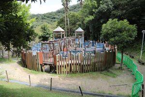 3月末から使用禁止になっている「騎兵隊のトリデ」。柱や手すりなどの老朽化が目立っている=徳島市大原町の日峯大神子広域公園こども広場