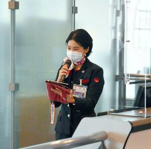 国際線の搭乗口で英語のアナウンスをする日航の地上スタッフ=1日午前、羽田空港