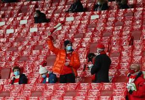 3日、ロンドンの競技場で、距離を取ってサッカーの試合開始を待つ観客(ゲッティ=共同)