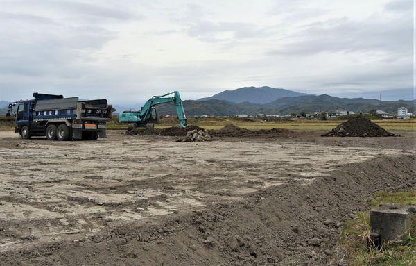 造成が進む高性能ビニールハウスなどの建設予定地。本年度の事業費交付は中止される=小松島市内