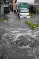 高潮で冠水した鳴門町土佐泊地区。潮位が上がり排水溝から水が逆流した=4日午後1時10分、鳴門市鳴門町