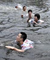 水中で阿波踊りを披露する参加者=徳島市の新町川