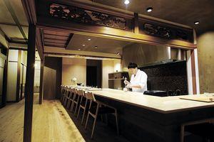 料理が出来あがる様子を目の前で見られるのがカウンター席の醍醐味。梅津さんの朗らかな人柄を介して、たまたまカウンター席に並んだお客さん同士も一つになる。