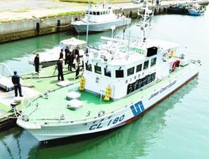 関係者に披露された新巡視艇「うずかぜ」=小松島市小松島町の八千代橋北岸