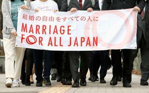 同性婚訴訟判決で札幌地裁に向かう原告ら=17日午前、札幌市