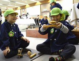 こま回しを楽しむ園児たち=徳島市立木工会館