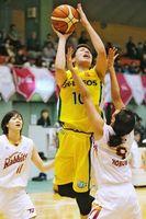 JX-ENEOS対トヨタ紡織 第1クオーター、JX-ENEOSの渡嘉敷(中)がシュートを放つ=徳島市立体育館
