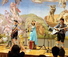 名画を背に陽気な民族音楽が披露されたコンサート=鳴門市の大塚国際美術館
