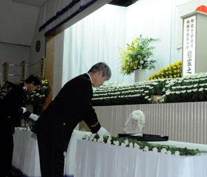 殉職者らの冥福を祈り、祭壇に献花する参列者=県警本部