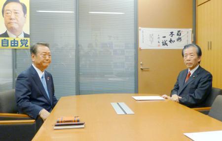 政策協議に臨む国民民主党の平野幹事長(右)と自由党の小沢共同代表=12日午後、国会