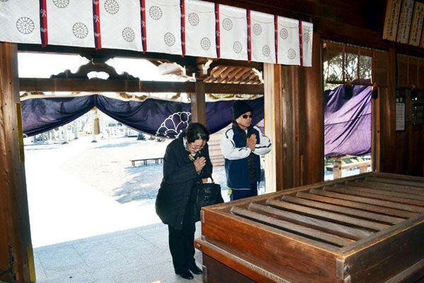 県護国神社の参拝客。正月三が日に訪れた人数は過去最多を更新した=徳島市雑賀町