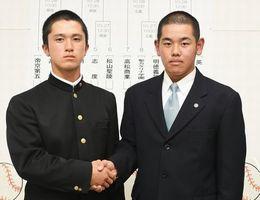 健闘を誓い合う徳島商の西村主将(左)と英明の仁木主将