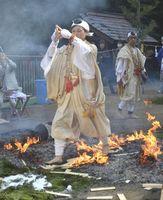 無病息災などを願って行われた火渡り=徳島市入田町の建治寺