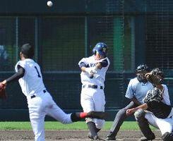 阿南高専対鳴門渦潮 6回、鳴門渦潮1死二、三塁、野口が右越え2点三塁打を放ち2-1と逆転する=鳴門オロナミンC球場