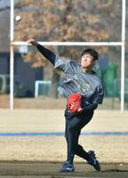 キャッチボールをするヤクルト・奥川=埼玉県戸田市(代表撮影)