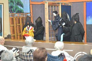 巧みな人形遣いで観客を魅了したふれあい座の公演=松茂町歴史民俗資料館