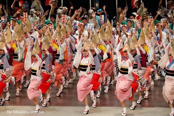 選抜阿波踊り大会前夜祭で乱舞を繰り広げる踊り子たち=徳島市のアスティとくしま