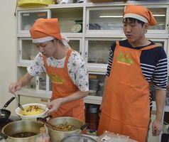 そば米を使ったあんかけオムライスを作る学生=勝浦町のふれあいの里さかもと